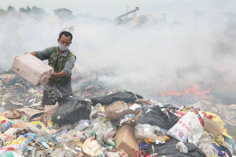 <p>On May 12, 2008, a major earthquake measuring 8.0 on the Richter scale jolted China\(***)s Sichuan Province, killing about 80,000 people. Above, a rescuer burns rubbish excavated from debris. The Sichuan government had vowed to build houses for 98 percent of the earthquake refugees within a month.</p>