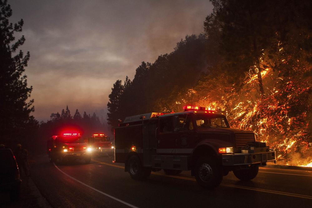 <p>A fast-moving wildfire on the edge of Yosemite National Park in the US state of California has grown to just over 125,000 acres (50,585 hectares) as of Saturday. Extreme terrain hampered efforts at containment.</p>