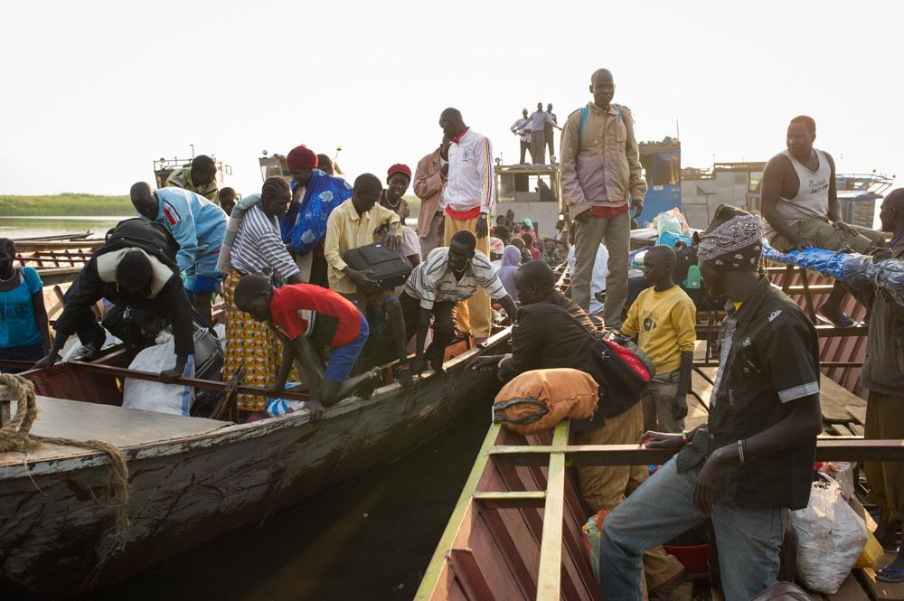 <p>Thousands of people arrive in Mingkaman every day, travelling by boat from Bor.</p>