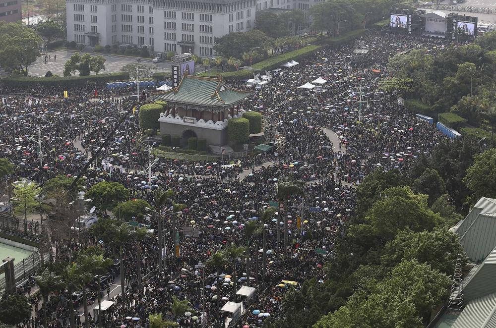 <p>Thousands of Taiwanese take part in a protest in Taipei against the controversial pact that aims to ease trade regulations with China.</p>