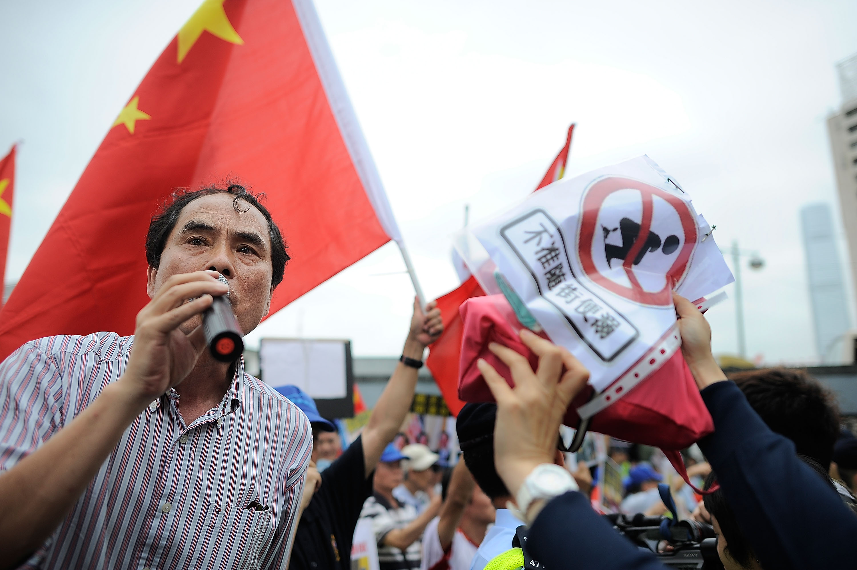 Hong Kong police officer who shot protester receives death