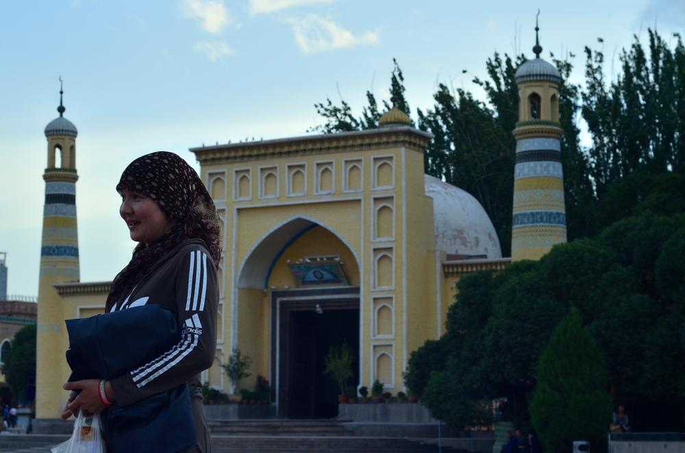 The Id Kah Mosque dates back to 1442. It is the oldest and largest mosque in China, located within Kashgar(***)s old town. It can hold up to 20,000 worshippers and is one of the most iconic structures in Kashgar.