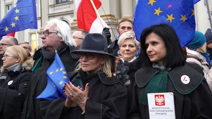 Thousands protest in Warsaw against Poland's 'muzzle-law' thumbnail