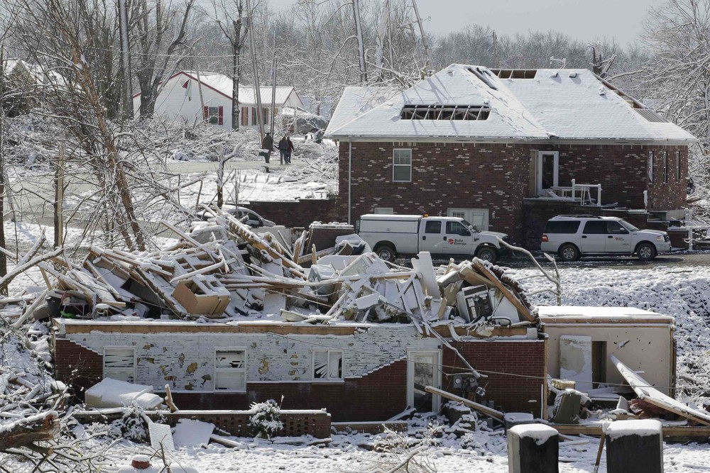 Monday brought more misery to parts of the USA that were worst hit by the recent tornadoes, as a snowstorm struck the region.