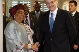 Ellen Johnson-Sirleaf, Liberia's president, with Robert Zoellick, World Bank president, in Washington [EPA]