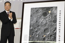 Wen Jiabao unveils the image captured by the country's first lunar orbiter Chang-e-1 [Reuters]