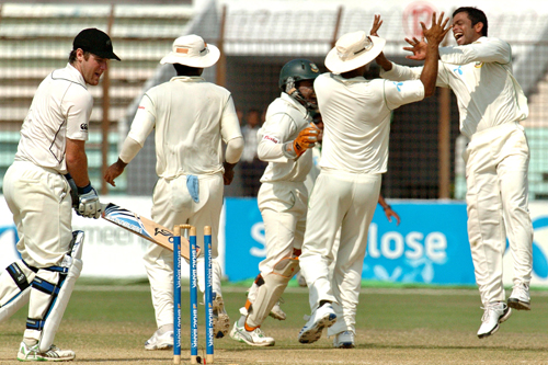 Bangladeshi bowler Abdur Razzak celebrates the dismissal of New Zealand batsman Jamie How [AFP]