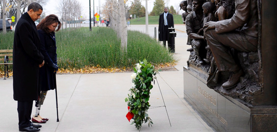 US President-elect Barack Obama lays a wreath with a Gulf War veteran at the Bronze Soldiers Memorial in Chicago [EPA]
