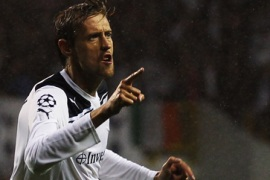 Crouch hat-trick puts Spurs through