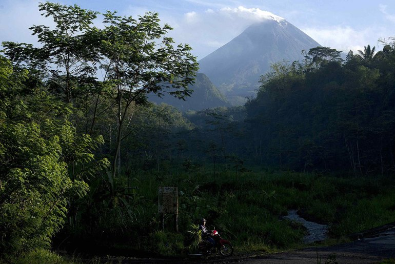 Some 40,000 people live in the shadows of the rumbling mountain, which is Indonesia(***)s most active volcano [Reuters]