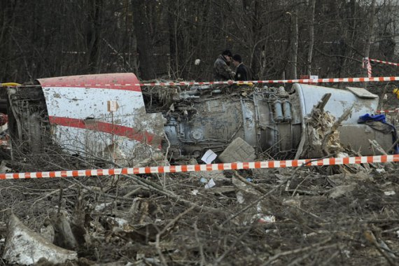 Russian rescuers inspect the wreckage of the Tupolev Tu-154 aircraft that crashed on April 10, 2010 [AFP]