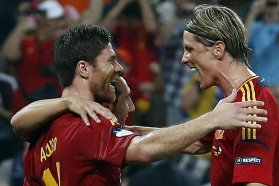 (L-R) Xabi Alonso and Fernando Torres celebrate goal that killed French hopes [EPA]
