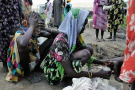 Murle women wait for food in the small town of Pibor, in South Sudan(***)s Jonglei state.