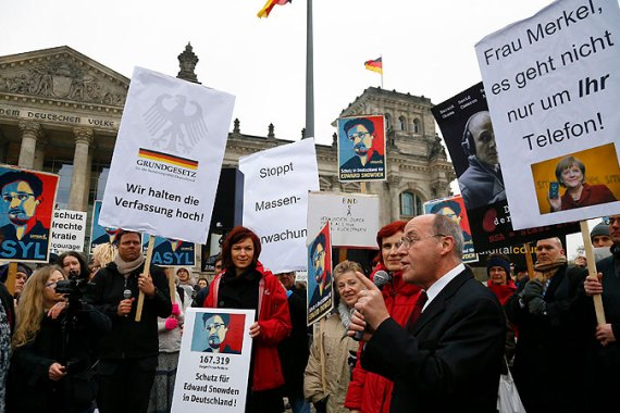People held demonstration in front of the Bundestag supporting former NSA contractor Edward Snowden [Reuters]