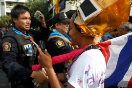 Thai tensions ease as police lift barricades