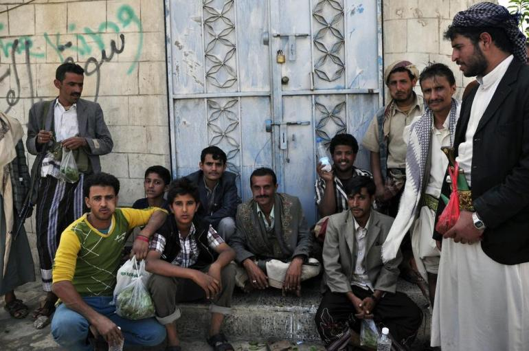 To keep the peace, Houthis gather to protect the road leading to Ali Mohsen al-Ahmar and Hamid al-Ahmar(***)s house.