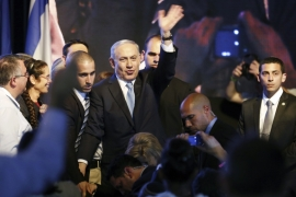 Netanyahu waves to supporters at party headquarters in Tel Aviv [REUTERS]