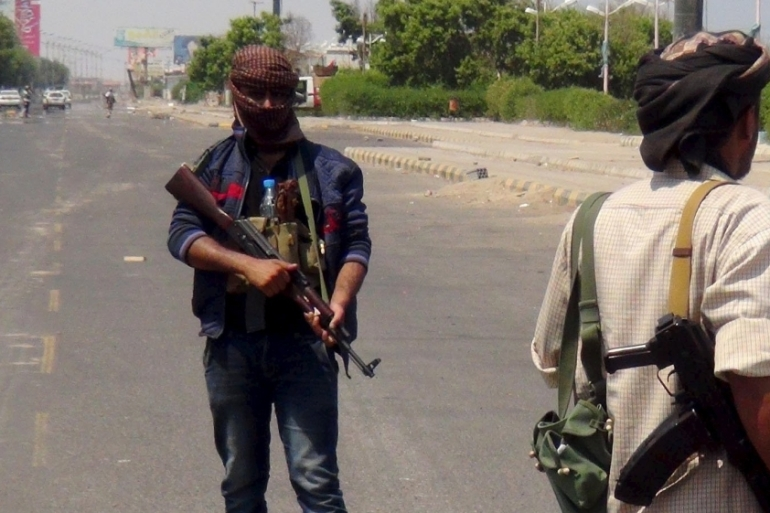 Fighters loyal to President Hadi have been trying to prevent Houthi fighters from taking Aden [Reuters]