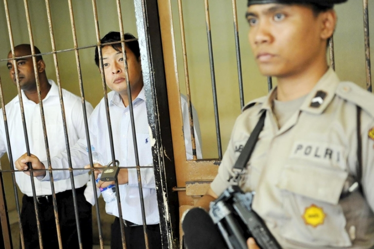 Australians Andrew Chan and Myuran Sukumaran stand in a holding cell in Denpasar court in Bali [Reuters]