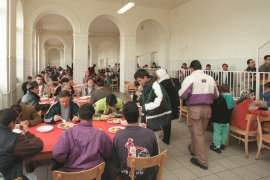 Asylum seekers crowd the mess hall of the Traiskirchen refugee camp south of Vienna [AP]