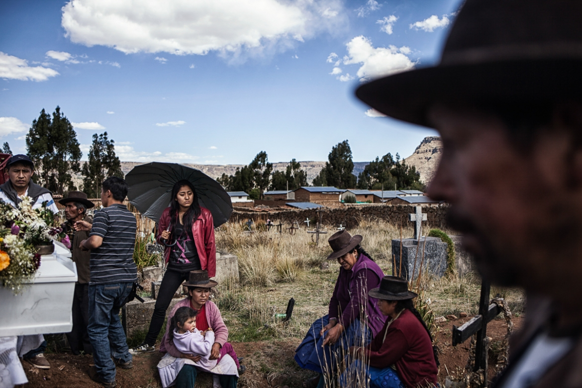 Libia's children traveled from as far away as Lima to take part in their father's funeral at a mass burial in Huancasancos. [Nadia Shira Cohen/ICRC]