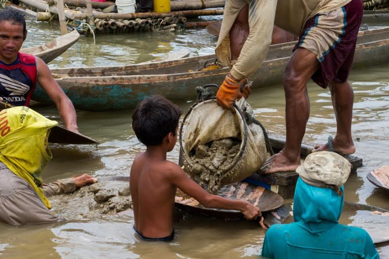 Peter, 11, works at an underwater mining site in Santa Milagrosa, Jose Panganiban [Mark Z Saludes for Human Rights Watch]