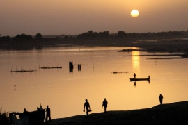 Fishermen return home at sunset in N'Djamena. [Reuters/David Mwangi]