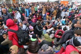 Refugees march to Vienna amid reduced train services