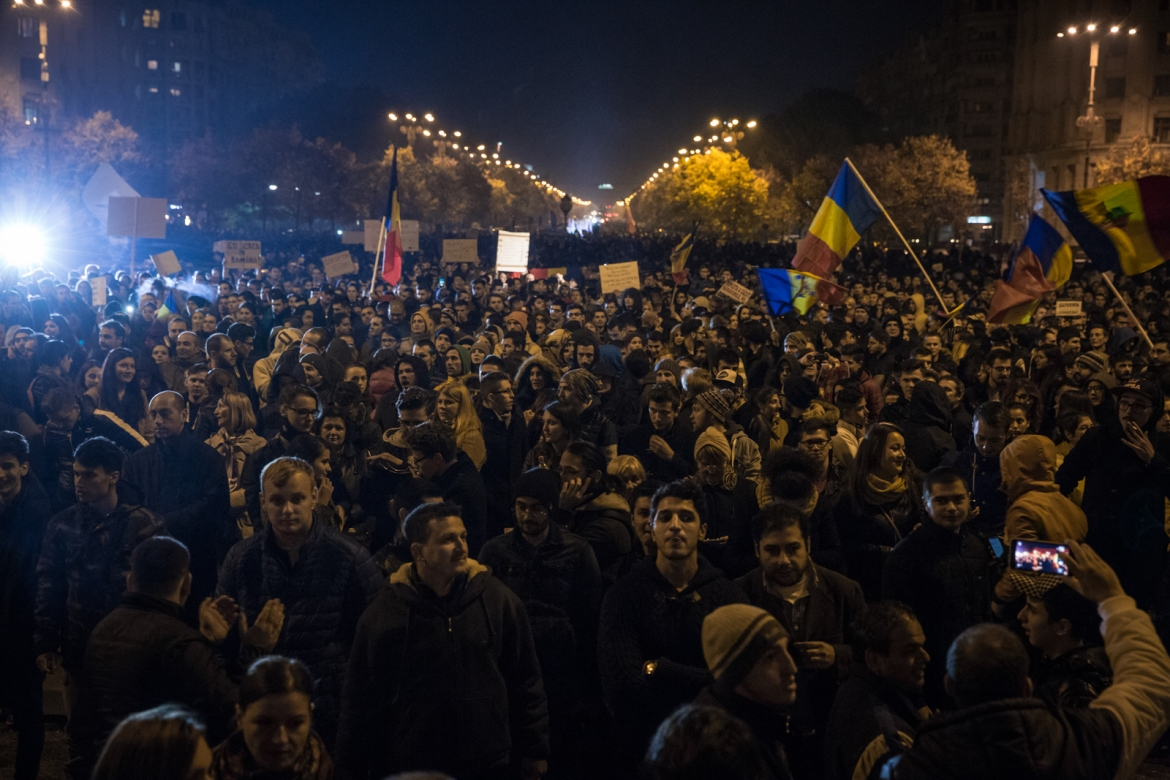 Protesters in front of the House of Parliament in Bucharest request early elections. [Ioana Moldovan/Al Jazeera]