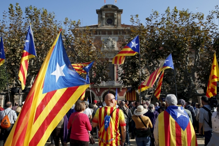 Catalan separatist supporters wait for the voting results in front of Catalunya's Parliament, in Barcelona [REUTERS]