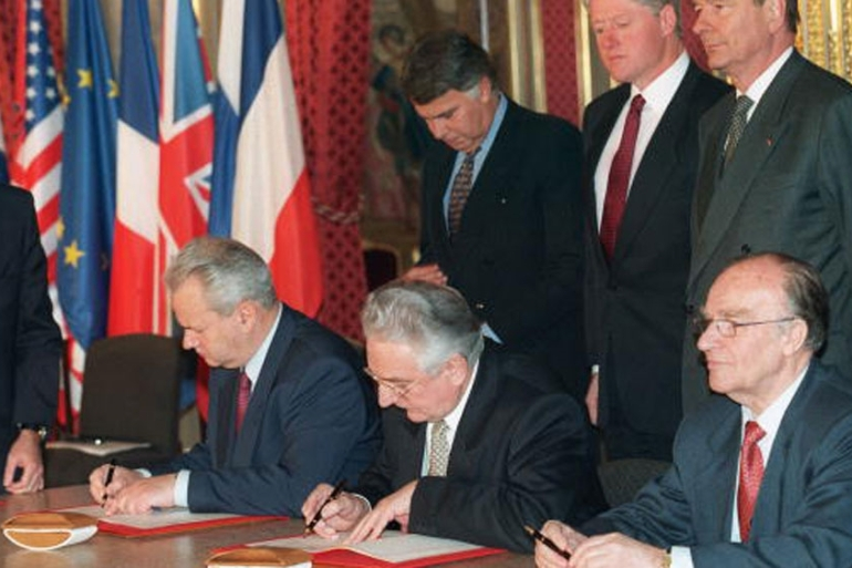 Serbian, Bosnian and Croatian presidents sign the Dayton Accord in Paris on December 14, 1995 [Getty]