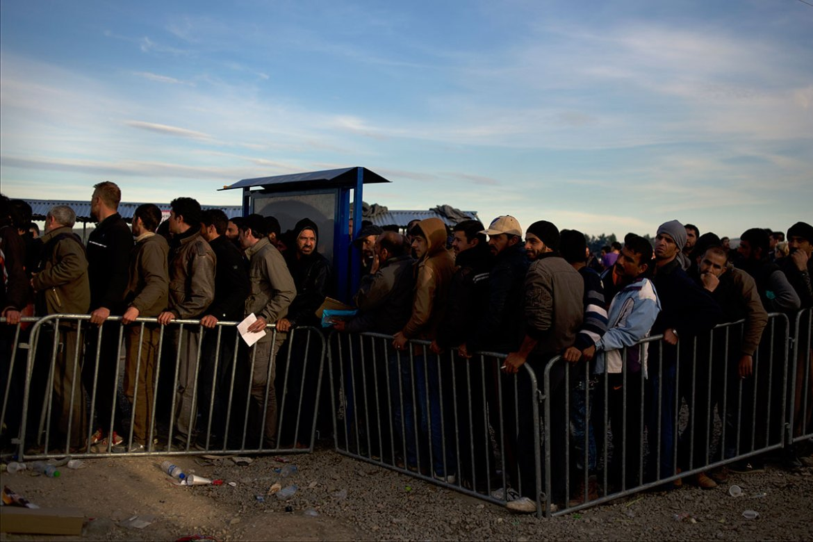 Migrants and refugees queue for registration on arrival at the border in Idomeni. [Paulo Nunes dos Santos/Al Jazeera]