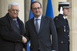 French President Francois Hollande greets Mahmoud Abbas as he arrives for a meeting at the Elysee Palace in Paris, France [EPA]