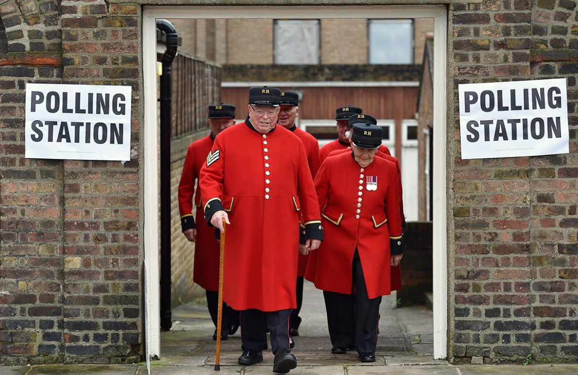 Chelsea Pensioners leave after voting in the EU referendum, at a polling station in Chelsea in London. [Toby Melville/Reuters]