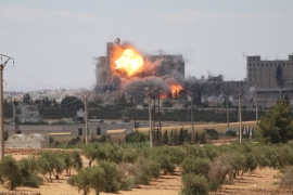 Syria war: Dozens killed in 'US-led strikes' on Manbij