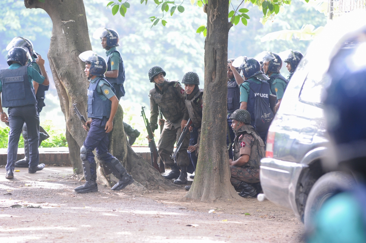 Bangladeshi soldiers taking position on a street close to the cafe in Dhaka's Gulshan area [Mahmud Hossain Opu/Al Jazeera]