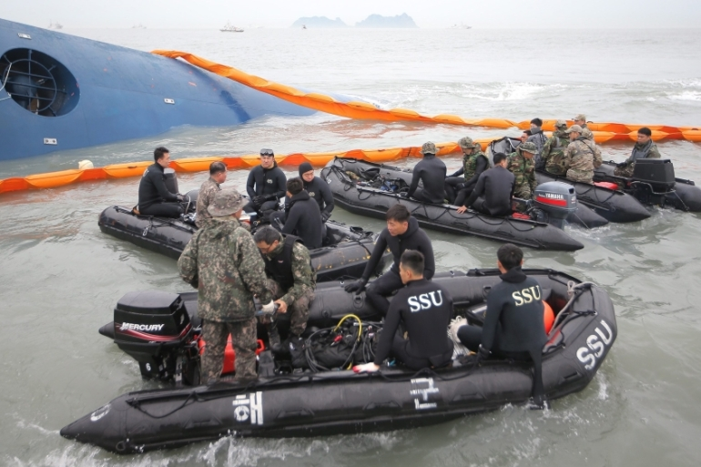 Soldiers of the South Korean Navy's Ship Salvage Unit conduct a search and rescue operation for missing passengers in the sinking of the ferry Sewol [Yonhap/EPA]