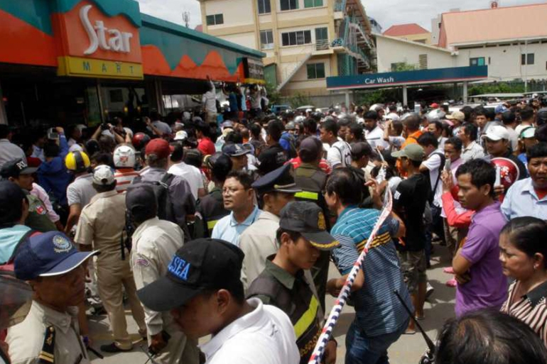 Hundreds gathered outside the store where Kem Ley was killed as many of them mourned [AP]