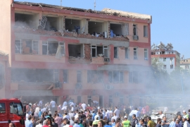People rush to the blast scene after a car bomb attack on a police station in Elazig [Reuters]
