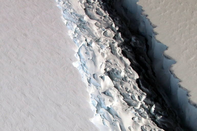 Scientists fear the loss of ice shelves will result in rise of world sea levels [EPA/NASA]