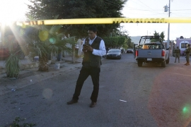 Mexican crime reporter Ernesto Martinez at work at the scene of a shooting in Culiacan, Sinaloa state. [Al Jazeera]