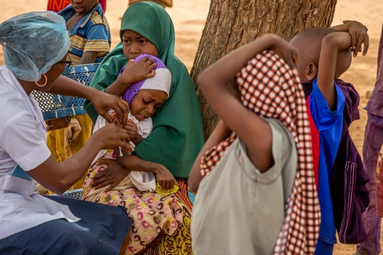A healthcare worker from Niger vaccinates children against meningitis at the Centre de Sante Integre in the Foulan Koira district of Niamey, Niger, February 22, 2016 [Arne Gillis]