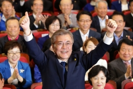 Moon celebrates after exit polls show him as the winner of South Korea's presidential vote [Chung Sung-jun/Getty Images]