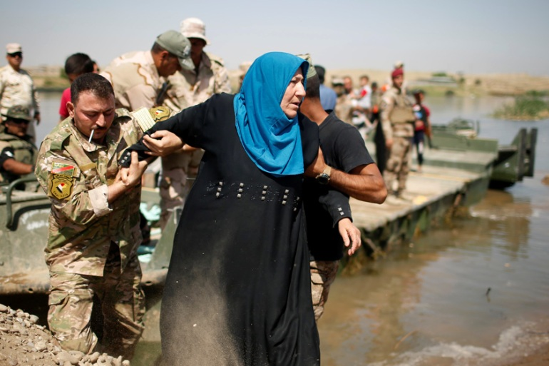 Displaced Iraqis cross the Tigris River after the bridge south of Mosul closed [Suhaib Salem/Reuters]