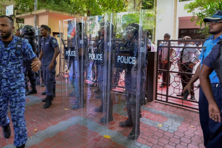 Defiant politicians fought off riot police to enter the parliament compound  [Mohamed Afrah/Al Jazeera]