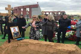 Mourners gather around the grave of Russian Lieutenant-General Valery Asapov who was killed in Syria, during his funeral at a military cemetery outside Moscow, Russia on September 27, 2017 [Reuters]