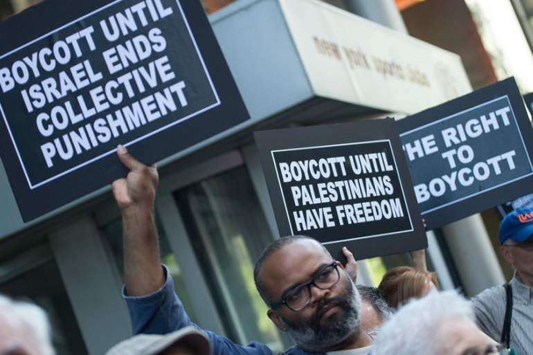 Demonstrators gathered outside New York Governor Andrew Cuomo's office on June 9, 2016 to denounce his executive order targeting the BDS movement [Sainatee Suarez/Al Jazeera]