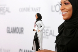 Olympic fencer Ibtihaj Muhammad holds a Barbie doll made in her likeness as she attends the 2017 Glamour Women of the Year Awards at the Kings Theater in New York [Reuters/Andrew Kelly]