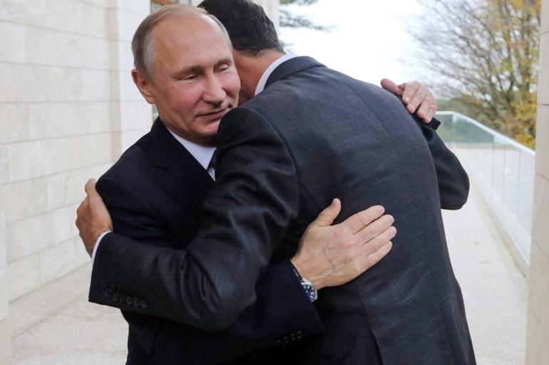 Presiden Rusia Vladimir Putin merangkul Presiden Suriah Bashar al-Assad di kediaman Bocharov Ruchei di resor Laut Hitam Sochi [File: Mikhail Klimentyev / Kremlin Pool via AP]
