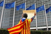 Catalan Raimon Castellvi wears a Catalan flag as he protests outside the European Commission in Brussels on October 2 [Reuters/Francois Lenoir]